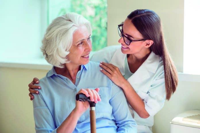 giovane infermiera che sta aiutando una signora anziana