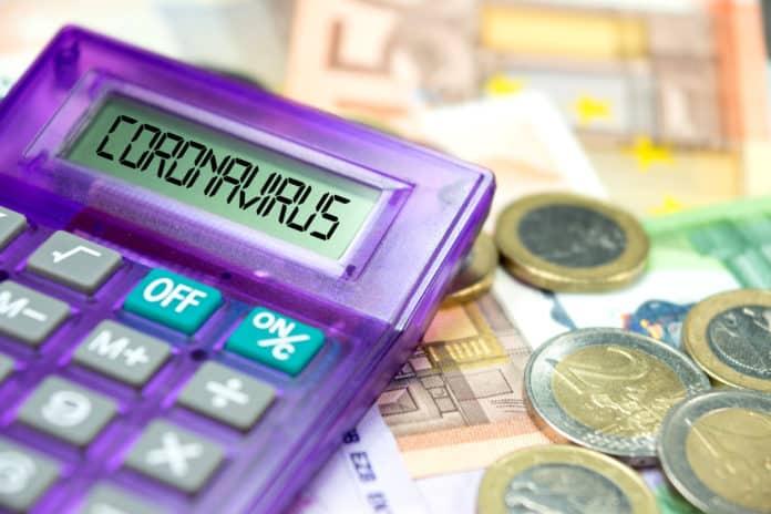 soldi e una calcolatrice con la dicitura coronavirus