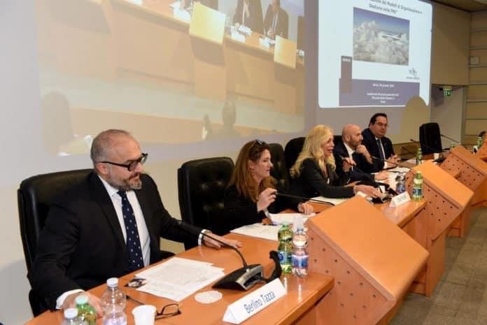 convegno con i vari relatori seduti davanti ai microfoni